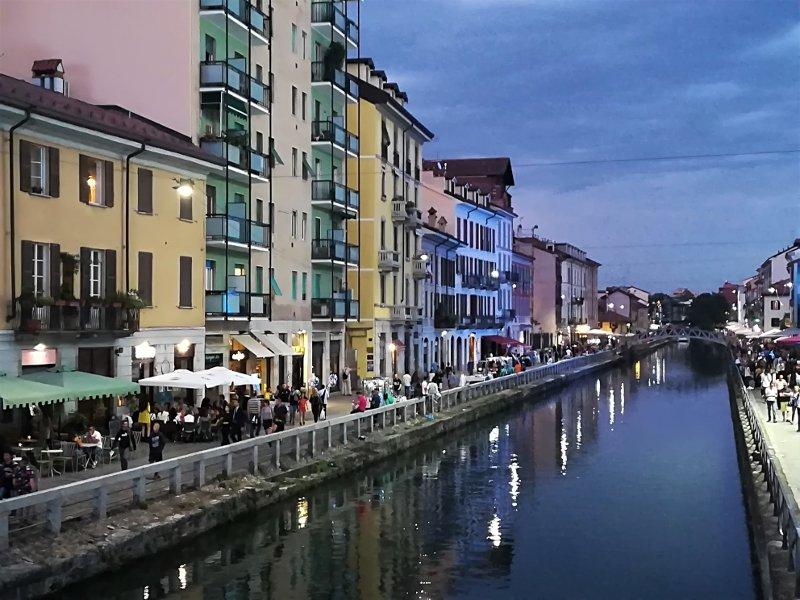Panorama notturno del Naviglio Grande a Milano