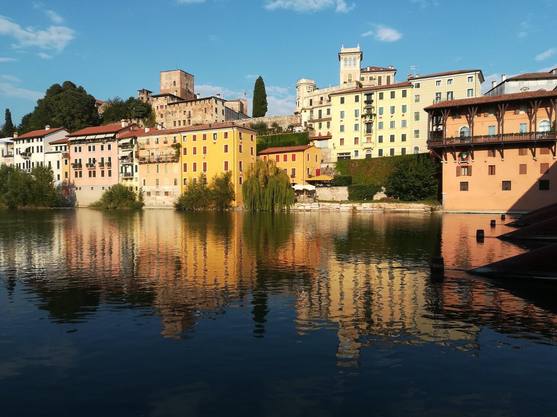 Panorama di Bassano del Grappa dalla riva del Brenta